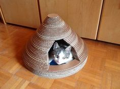 Build a unique cat house upcycling cardboard . Free tutorial with pictures on how to make a pet bed in 13 steps by constructing with pencil, cardboard, and ruler. Inspired by cats. How To posted by in the Home + DIY section Difficulty: Cardboard Cat Scratcher, Cardboard Cat House, Diy Cardboard, Cardboard Furniture, Diy Cat Bed, Cat House Diy, Kitty House, Crazy Cat Lady, Crazy Cats
