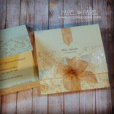 Invitaciones clasicas en color beige con lazo #invitacionesdeboda #bodasbarcelona #casaments #nuvis #papelypapel