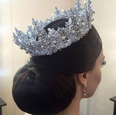 A pretty rhinestone tiara. Bridal Crown, Bridal Tiara, Bridal Updo, Wedding Accessories, Hair Accessories, Trendy Accessories, Royal Jewelry, Tiaras And Crowns, Bridal Outfits