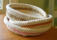 Part How to Crochet a basket. Here you will find free crochet and knitting patterns, sewing tutorials, DIY ideas, and recipes. Weekly articles on crafting, cooking and fashion! Crochet Bowl, Bag Crochet, Crochet Gratis, Crochet Motifs, Crochet Yarn, Crochet Hooks, Free Crochet, Simple Crochet, Crochet Basket Tutorial