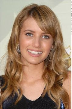 This look is cute and stylish as Emma Roberts has her hair curly and long all around. On the forehead, her bangs are styled across to one side. The look is fresh and clean. Sexy and chic, Emma Roberts is set to go.Emma's haircut is long.The hair colour is a rich and shimmering light golden brown with golden highlights.