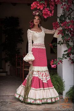 vestidos de flamenca 2016 - Buscar con Google Flamenco Costume, Flamenco Skirt, Flamenco Dancers, Flamenco Dresses, Spanish Fashion, Dress Up Outfits, Historical Clothing, Traditional Dresses, Fashion Show