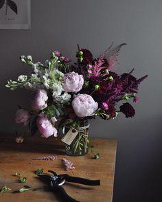 Le bouquet tout juste terminé, les sécateurs encore sur la table avec les petites feuilles qui étaient au mauvais endroit sur la tige   📷 Crédit photo instagram @belljarbotanicals