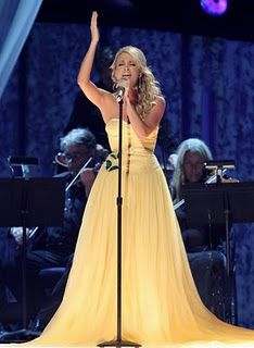 Stunning evening gown from 2007 that was also worn by Carrie Underwood at the Billboard Music Awards. Well, not this particular one, but one like it. The yellow silk gauze gown still has the original Carrie Underwood Images, Country Music, Country Singers, Country Girls, Mellow Yellow, Queen, Celebs, Celebrities, Girls Night Out