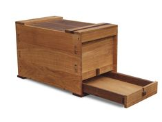 Krudewig designed this Japanese-style toolbox as part of an apprenticeship program. The toolbox has a drawer and two boxes inside, and the lid incorporates a special lock system. Wood Tool Box, Wooden Tool Boxes, Wood Tools, Wooden Desk, Japanese Tools, Japanese Woodworking, Japanese Style, Chinese Style, Woodworking Skills