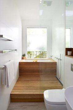 Piccolo bagno in legno con vasca e doccia
