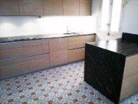 Este colorido suelo hidráulico da color y ambiente a la cocina.