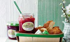Fruchtiger Brotaufstrich aus Erdbeeren, Prosecco, Holunderblüten-Sirup, Limette und einem Hauch Minze