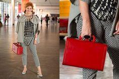 """A designer Rogeria Maciel, 56, optou pelo preto e branco por ser à prova de erros. """"E também gosto muito de misturar texturas, estampas"""". A bolsa baú vermelha é o único ponto de cor do look"""