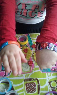 Ik heb vandaag een pomp jou armband zetje gekocht bij de action ik vind het super leuk om te doen er zitten armbanden in de dood en allerlei leuke rolletjes tape. Kijk maar eens hoe leuk het is