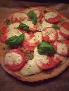 Einfache Fladenbrotpizza, schnelles Rezept für Tomate-Mozzarella auf knusprigem Fladenbrot