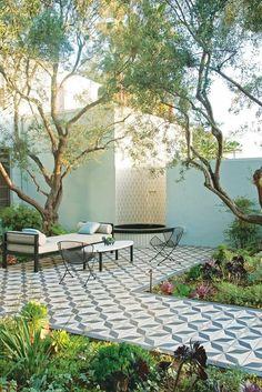 gartengestaltung ideen erholungsbereich mit gartenfliesen pflanzen und gartenmöbeln