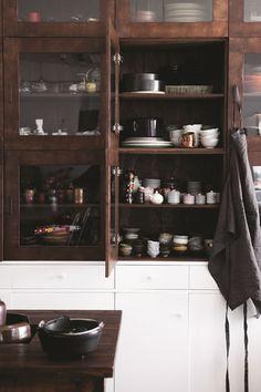 [집꾸미기]그녀의 그릇장 - 1등 인터넷뉴스 조선닷컴 - IssuePhoto Eclectic Kitchen, Diy Kitchen, Kitchen Storage, Natural Interior, Japanese Interior, Built In Cabinets, Paint Colors For Living Room, Interior Design Inspiration, Interior Design Living Room