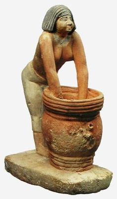 """CERVECERA. De la importancia de la cerveza en el Antiguo Egipto, nos da idea el hecho de que era considerada junto con el pan como """"dos nuevos ojos"""" y su invención, atribuida nada menos que a Osiris, el hijo de Nut, Señor de Abidos y de Busiris, dios y juez de los muertos, siendo por ello el espíritu de los cereales ,el que los hacia germinar y regenerar anualmente en el lodo del Nilo."""