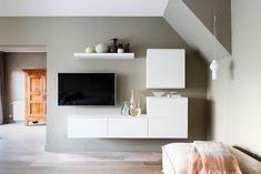 WEER VERLIEFD OP JE HUIS • zorg dat de tv-hoek er rustig uit ziet zodat je op een rustgevende manier tv kunt kijken. Bekijk hier de make-over | Tv room with white tv cabinet | Gezien op tv: aflevering 6, seizoen 10 'Weer verliefd op je huis' | Fotografie Barbara Kieboom | Styling Fietje Bruijn #tv #white #tvcabinet