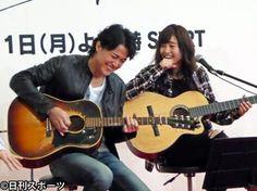 写真:フジテレビ月9ドラマ「ラヴソング」のPR会見で曲を披露する福山雅治(左)と藤原さくら(撮影・梅田恵子)