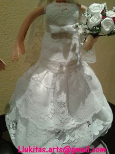 Fofuchos novios personalizados para Laura y Juan- detalle del vestido/Personalized fofucho dolls just married specially made for Laura and Juan - detail of braid dress