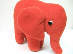 赤いゾウさんです。小型です。 ハンドメイド、手作り、手仕事品の通販・販売・購入ならCreema。