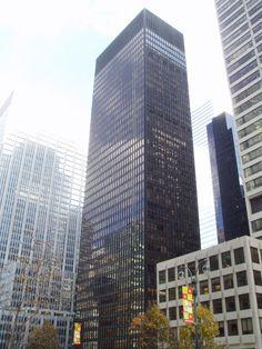 Arranha céu em Nova York, obra de Mies. O prédio, chamado de Seagram Building é considerado o primeiro arranha-céu de vidro da história.