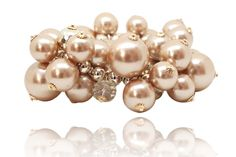 Crystal Pearls Wristband  Elastic bracelet, gorgeous, made ​​from a blend of pearl beads, transparent and rhinestones mounted on gold metal. It fits any wrist and dress your outfits with elegance, perfect for the holidays
