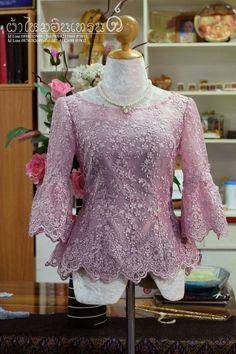 เสื้อป้ารุณ Kebaya Lace, Kebaya Dress, Batik Kebaya, Batik Dress, Kebaya Modern Hijab, Kebaya Wedding, Thailand Fashion, Blusas Top, Model Kebaya