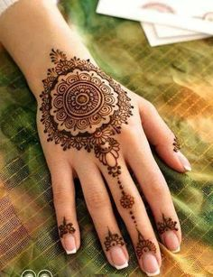 Round mehendi design is in fashion since years now. #mehendidesigns #wedfine