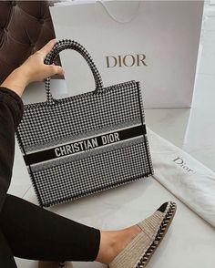 Goal goals life, purse purses rich, and sac bag bags image Luxury Purses, Luxury Bags, Fashion Handbags, Fashion Bags, Dior Handbags, My Bags, Purses And Bags, Cristian Dior, Cute Handbags