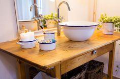 School Bus Tiny House, Cute House, Bathroom Basin, Beach House Decor, Home Decor, Splish Splash, Tips, Design, Rustic Bathroom Sinks