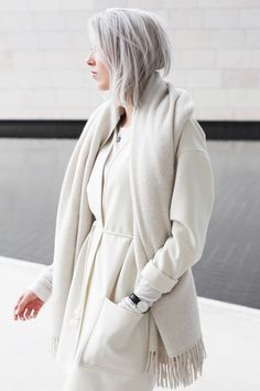 Outfit: winter white in Paris - My Dubio Grey Outfit, White Outfits, Minimal Fashion, White Fashion, Style Minimaliste, Going Gray, Street Style, Mode Inspiration, Fall Winter Outfits