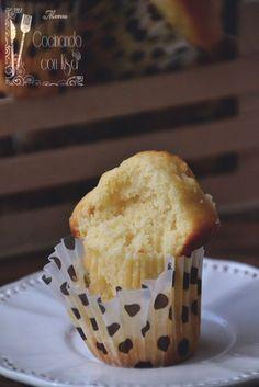 Un buen desayuno con unas magdalenas de leche condesada!! Para coger fuerzas para el todo el día y darnos ese capricho dulce de por la ma...