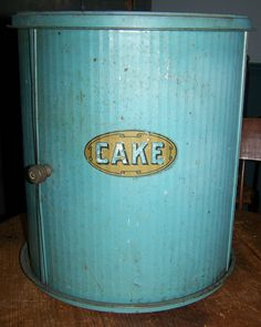 blue painted tin cake safe - A cake safe? I never knew such a thing existed! You could get a load of cakes in this. Kitchen Dinning Room, Dinning Room Tables, Vintage Bakery, Vintage Kitchen, Cake Tins, Cake Plates, Pie Carrier, Vintage Bread Boxes, Cake Holder