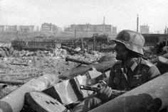 Slag om Stalingrad (23/08/1942-2/02/1943). Was een keerpunt in de oorlog aan het oostfront. De Duitsers verloren hier van de Russen. Het was één van de bloedigste veldslagen in de mensheid. Met in totaal ongeveer 1,4 miljoen doden of gewonden in totaal.