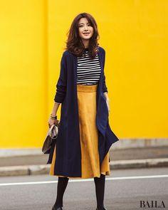 ボーダー×ミモレ丈スカートの好かれスタイルを今季風に味付けするなら、カラースカートを投入すべし! 華やかで甘すぎないイエローなら、同性からも異性からも好感度の高いスタイルに。はおりをロングカーデにすると、さらにトレンドらしく。アクセサリーをつけるなら、腕元にハンサムな太バングルを・・・