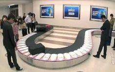 """สายพานลำเลียงกระเป๋าในสนามบิน ถูกใช้โฆษณาแปรงสีฟันไฟฟ้า เมื่อผู้โดยสารสนามบินมารอกระเป๋า ก็จะพบแถวฟันเรียงกันเลื่อนออกมา พอเข้าช่วงโค้ง ก็จะเผยให้เห็น """"คราบพลัก"""" พร้อมทั้งข้อความโฆษณาแปรงสีฟันไฟฟ้า พร้อม QR code ..."""