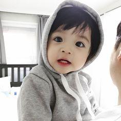 A imagem pode conter: 1 pessoa, close-up Cute Baby Boy, Cute Little Baby, Little Babies, Cute Boys, Baby Kids, Cute Asian Babies, Korean Babies, Asian Kids, Cute Babies