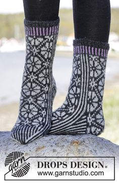 "Starry Night Socks - Gestrickte DROPS Socken in ""Karisma"" mit Norwegermuster. Größe 35-43. - Free pattern by DROPS Design"
