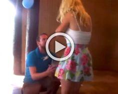 Es sorprendida por la propuesta de su novio, pero es su reacción lo que te SORPRENDERÁ