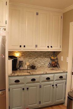 cabinet de cuisine 2 couleur gris et blanc avec des tons de beige