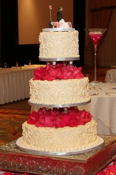 Roses and rose petals in the seperations Wedding Menu, Wedding Cakes, Specialty Cakes, Wisteria, Rose Petals, Separate, Roses, Cupcakes, Cookies