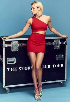 Celebrity Leg Show: Carrie Underwood Carrie Underwood Legs, Carrie Underwood Pictures, Beautiful Women Pictures, Beautiful Celebrities, Country Female Singers, Country Artists, Blond, Gorgeous Heels, Sexy Skirt