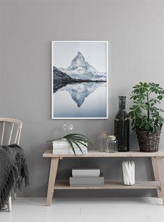 Tavla med naturfotografi i vit tavelram.