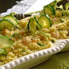 Per un piatto caldo o freddo da gustare a pranzo, a cena, per un buffet, per una gita in compagnia di amici, il cous cous con zucchine e gamberetti è prati