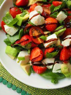 Simppeli kesäsalaatti syntyy mansikoista, mozzarellasta, avokadosta ja basilikasta. Nappaa kesän mehukkain salaattiresepti vaikka mökille mukaan!