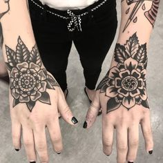 Traditional Mandala Tattoo, Traditonal Tattoo, Finger Tattoos, Body Art Tattoos, Octupus Tattoo, Holy Tattoos, Mandala Hand Tattoos, Magic Tattoo, Hand Tats