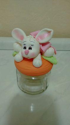 Mini baleiros, coelhos no pote de vidro. Podendo alterar a cor do lacinho.