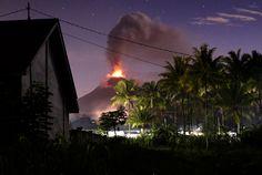Monte #Soputan, na #Indonésia, expele lava e cinzas durante erupção; o #vulcão é um dos mais ativos do país. Foto: Adwit B Pramono/Reuters.