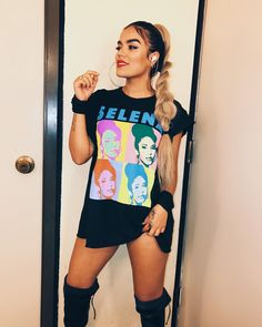 La imagen puede contener: 4 personas, personas de pie, selfie y teléfono Selena Quintanilla Shirt, Selena Shirt, Summer Outfits, Cute Outfits, Latin Music, Attractive People, Stage Outfits, Diy Shirt, Party Looks