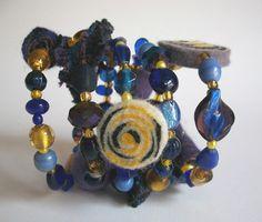 *Dieses Spiralarmband wurde inspiriert von Vincent van Goghs Sternennacht und entstand für die erste Aktion KunstRaub Räubernacht.* Ein Armband zu...