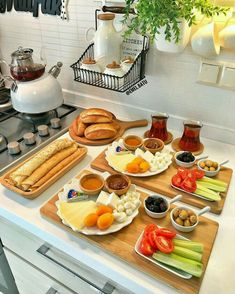 Food And Drink Breakfast - Recipes Breakfast Presentation, Food Presentation, Breakfast Platter, Breakfast Table Decor, Brunch Table, Breakfast Bread Recipes, Good Food, Yummy Food, Food Platters