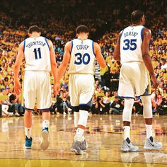 Klay Thompson Steph Curry & Kevin Durant are just the trio of teammates to each score 25 PTS in a non-OT NBA Finals Game. Stephen Curry Basketball, Mvp Basketball, Nba Stephen Curry, Basketball Legends, Basketball Season, Basketball Shoes, Flavia Laos, Stephen Curry Wallpaper, Stephen Curry Pictures
